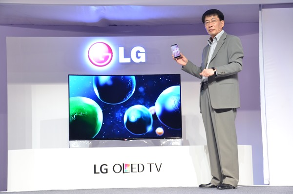 Mr. Soon Kwon, MD, LG India, at the LG Tech Show, unveiling the LG Curve...